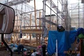 """足場の奥、柱が立ちました!この作業から、小屋梁を組む作業までを""""建て方""""と呼ぶそうです"""