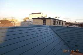 完成した屋根はこちら!ガルバリウム鋼板です。猫になって日向ぼっこしたいですが、工事はまだ続きます