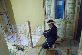 外壁には透湿防水シート、内壁には床と同じように断熱材を敷き詰めます。 あったかいんだからぁ~!