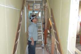 閉所恐怖症にはたまらない一枚ですが、壁をよく見ると…なるほど!ここに階段ができるわけですね
