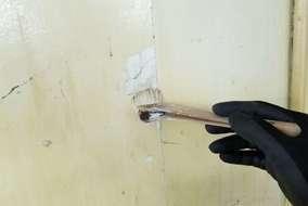 補修箇所にプライマーを塗ります。