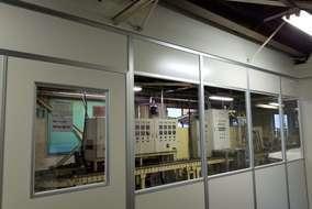 新規パーテーションにて間仕切りして待合室としてお使いいただきます。