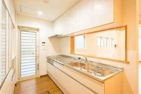 リビングの反対側は対面キッチンです。白を基調とした清潔感とゆとりあるスペースで、料理も捗りそうです!