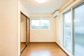個室の様子です。大容量収納ができるクローゼットに、大きな窓。ゆったりと日々を過ごせそうです