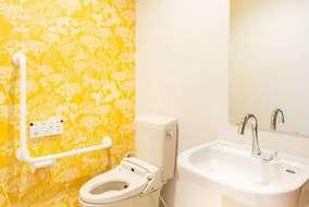 ウワー!トイレです!トイレなんです!ピンク色の壁紙のトイレもあります!オシャレが止まりません、先輩!