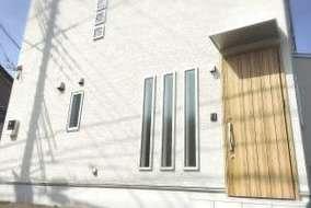 外観は真っ白な外壁に、木目の玄関です。 四角いお家で、屋根は片流れとなっています✨