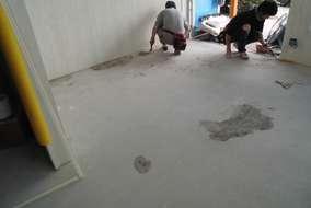続いて、床工事です、ケレンかけて下地調整していきます。