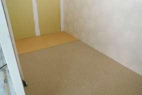 こっちの部屋のタイルカーペットも完成です