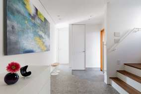 玄関は招きのエントランスにするため 大きく取っています。扉も天井までにして広がりを感じさせています。