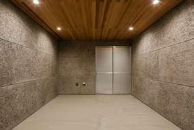 玄関ホールに繋がるビルトイン車庫。壁の色と天井の木目の色が良い感じの男前の車庫になっています
