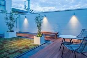 リビングに繋がるバルコニーは芝を植えデッキを引きセカンドリビングとして使える空間にしました。