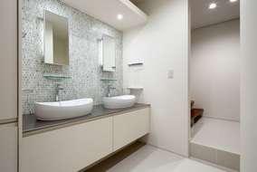 洗面所は製作品の2ボウルタイプ 床から浮かせる事により広がりを感じさせます。世界に一つの製作品。