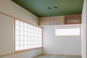 和室は6畳で広がりを感じさせるため一部分勾配天井にして、障子は横幅1m35㎝の大きなもの。