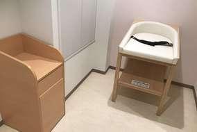 ベビールームのおむつ交換台とダストボックスです。