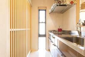 背面の大型収納庫にも格子状の引き戸を採用。ほどよく中の様子が確認できて便利。