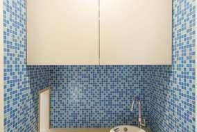 3階に設置したネコ専用の水飲みスペース。美しいブルーのタイルが空間のアクセントに。