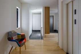 玄関ホールの空間になります。エレベーター付きの住宅になります。