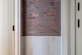 3階の廊下の壁ですが見た感じはレンガですが 左官(モルタル)で レンガ風に仕上げました。