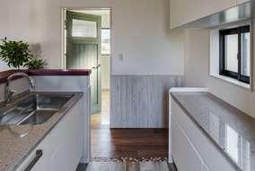 キッチン風景 壁にはエイジング加工の木を張り、床にはタイルを張っています。