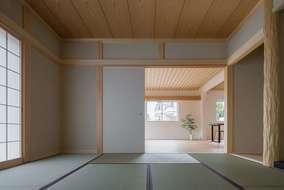 和室とリビングは繋がっていて親戚・ご友人が集まった時などは1つの大広間として使える間取りです。