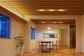 天井ルーバーの家の夜の風景です。天井のルーバーから照明の光の陰影がきれいに出ています。