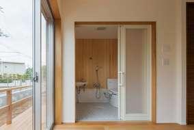居室内につながるシャワー室になります。壁には温かみのあるヒノキの板を張っています。