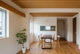 無垢材をふんだんに使ったルーバーの家では テーブルも製作させていただきました。