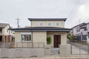 外壁はサイディング 屋根は金属屋根に石を吹いたもの、雨トイはガルバリウムになります。