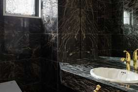 壁には黒の400角の御影石を使い床は400角の大理石を使いました。