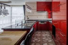 キッチンは鏡面レッドのシステムキッチンになります。