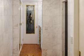 壁にも床にも石を使っています。室内建具はすべて製作品です。