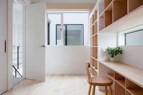 主人の部屋も中庭を囲うようにしているので明るい部屋になっています。床材はシカモアの床を使っています。