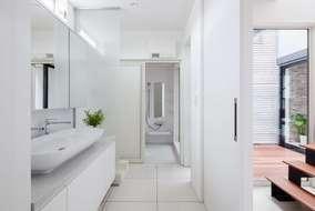 北側の洗面所も中庭を作ることで明るい洗面所になっています。洗面化粧台は製作しました。