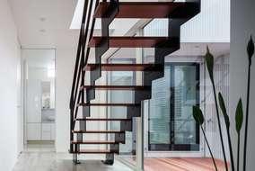 廊下のストリップ階段、段板はモアビという木材を使っています。