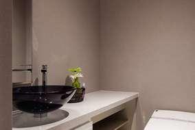 1階のトイレはグレーの壁にしています。手洗いは製作しました。オリジナルです。
