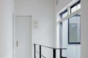 2階の廊下は天井高は、3Mあります。開放的な空間になっています。