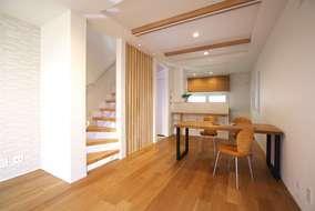 都心の極小住宅とは思えない空間の広がりを出すための色の見せ方・間取りの工夫をした自慢のリビングです。