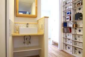 3階に作った製作の洗面化粧台・廊下のスペースには掘り込みニッチを作って飾り棚にしました。