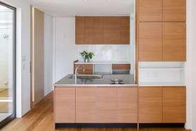 キッチンは製作品になります。シンプルに仕上げ、食洗機はミーレの商品(海外製)を使っています。