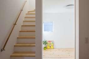 階段の床はパイン材を使っています。ヒノキとの合わせも良い感じに仕上がっています。
