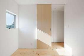 建具は天井までの建具を使っています。シナ材の建具を使用しています。