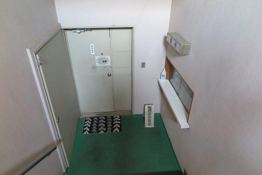 犬の収容所前の扉