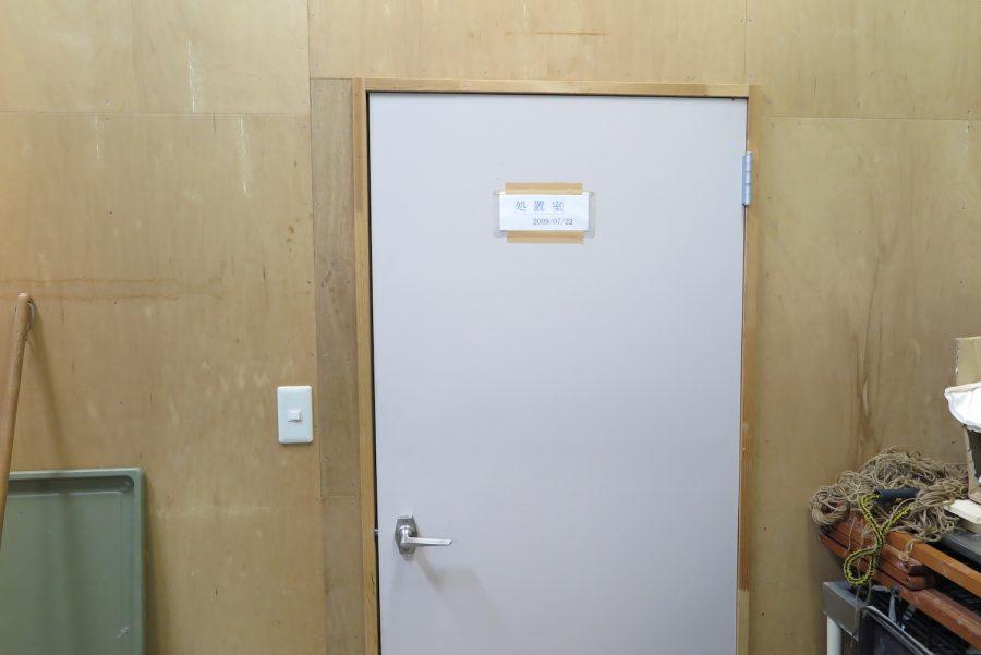 神奈川動物保護センターの処置室前の扉