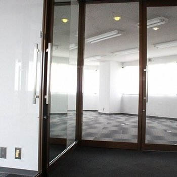 入口は全面ガラス扉