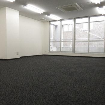床はカーペットのオフィス仕様です