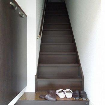 玄関から階段が始まります