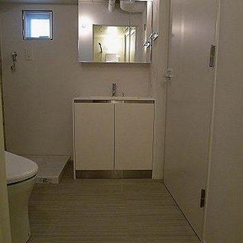 独立洗面台あり。※写真は302号室