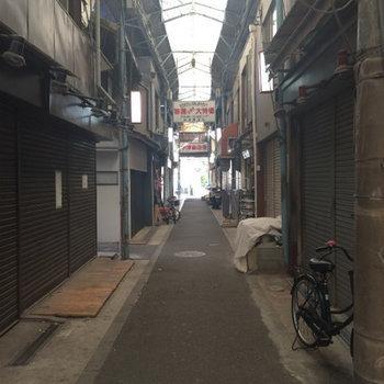 中津の商店街の中にあります。