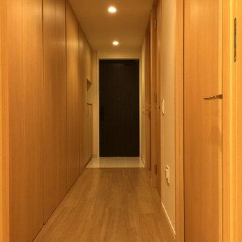 玄関からの廊下にもたっぷり収納