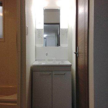 脱衣スペースにある洗面台。